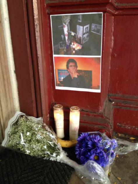 Fotos y flores en recuerdo de Lou Reed