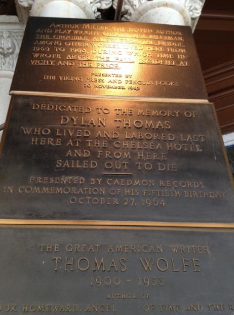 Placas en honor de Arthur Miller, Dylan Thomas y Thomas Wolfe, residentes del Chelsea