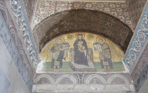 El emperador Constantino ofrece la ciudad de Constantinopla a la Virgen y al Niño, mientras el emperador Justiniano les entrega Santa Sofía. Foto: Julia Santibáñez