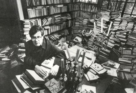 Pacheco en su biblioteca (Foto: Artes de México)