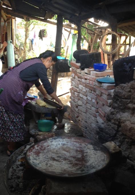 Doña Josefina prepara las tortillas que comeremos en el desayuno.