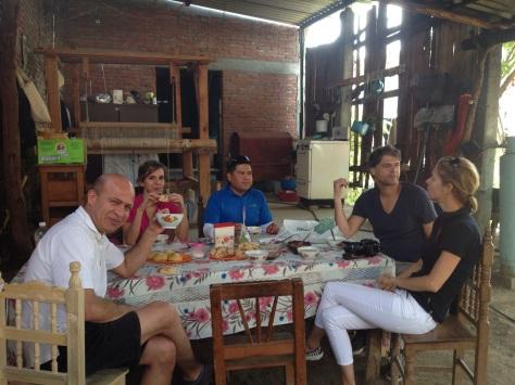 Desayunando en casa de doña Josefina: Oziel, Ellen, Pablo, Yogun, Danielle (y yo, detrás del lente)