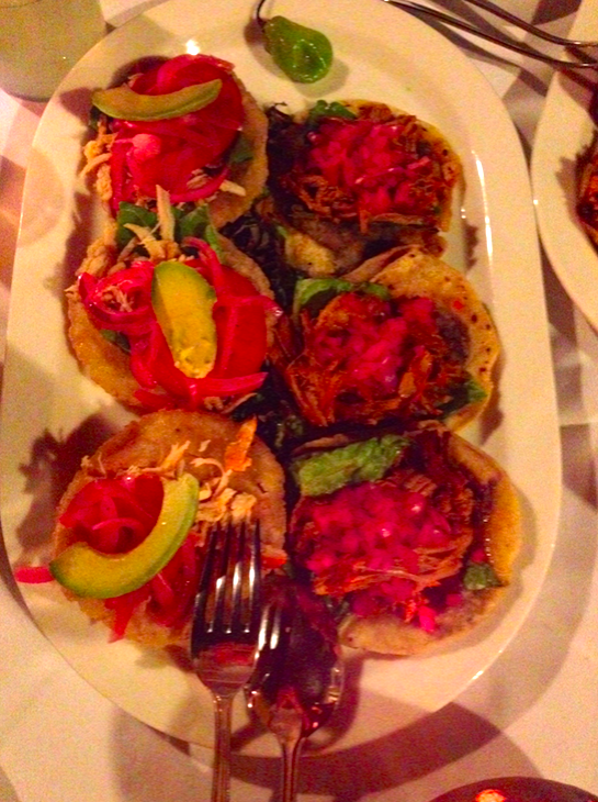 Salbutes de pollo (izq.) y panuchos de cochinita pibil (der.)
