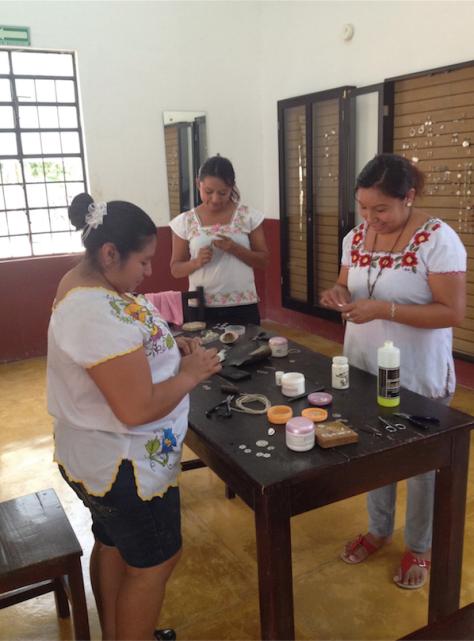 Artesanas de filigrana de plata de la Fundación Haciendas del Mundo Maya