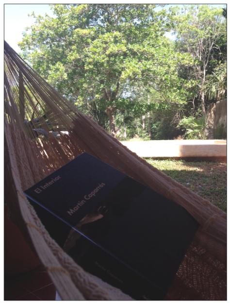 Lectura en la hamaca de la terraza del cuarto.