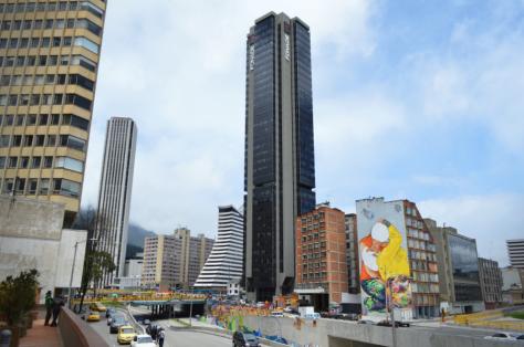 El graffiti más grande de Bogotá visto a la distancia.