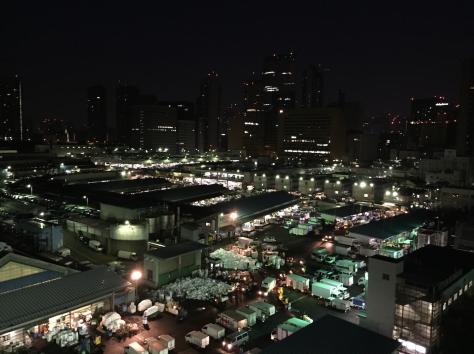 Vista panorámica del mercado Tsukiji alrededor de las 5 am.