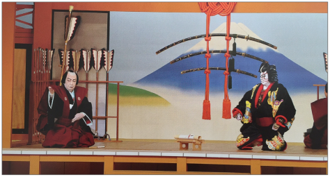 Guerrero protagonista de la obra Yanone recibiendo la visita de su amigo, músico. (Foto tomada del libro-programa de mano que compré en el teatro Kabuki-za).